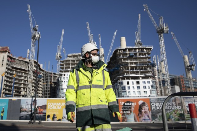 A construction worker wears a mask. © Dan Kitwood/Getty Images